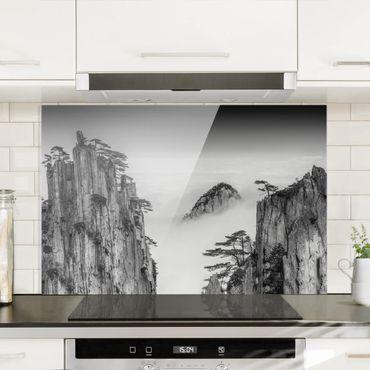 Spritzschutz Glas - Felsen im Nebel schwarz-weiß - Querformat - 3:2