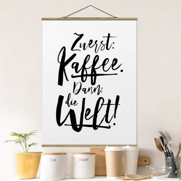 Stoffbild mit Posterleisten - Zuerst Kaffee dann die Welt - Hochformat 4:3