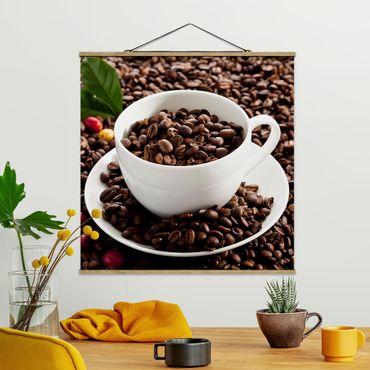 Stoffbild mit Posterleisten - Kaffeetasse mit gerösteten Kaffeebohnen - Quadrat 1:1