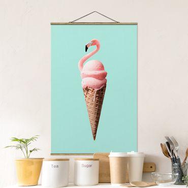 Stoffbild mit Posterleisten - Jonas Loose - Eis mit Flamingo - Hochformat 2:3
