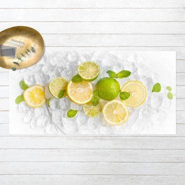 Vinyl-Teppich - Zitrusfrüchte auf Eiswürfel - Querformat 2:1