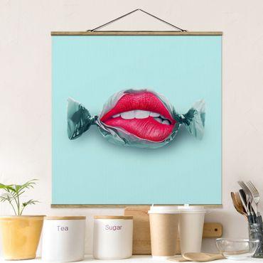 Stoffbild mit Posterleisten - Jonas Loose - Bonbon mit Lippen - Quadrat 1:1