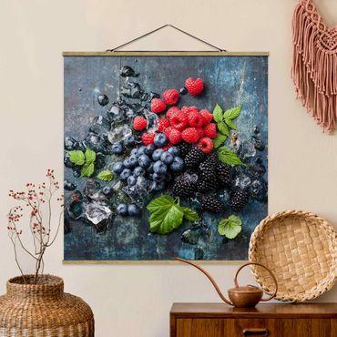 Stoffbild mit Posterleisten - Beerenmischung mit Eiswürfeln Holz - Quadrat 1:1