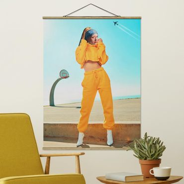 Stoffbild mit Posterleisten - Jonas Loose - Mädchen mit Jogginghose - Hochformat 4:3