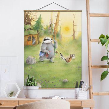Stoffbild mit Posterleisten - Wassili Waschbär - Wassili und Sibelius gehen angeln - Hochformat 3:4