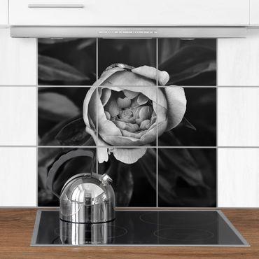 Fliesenbild - Pfingstrosenblüte vor Blättern Schwarz Weiß - Fliesensticker Set quadratisch