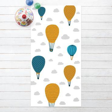 Vinyl-Teppich - Aufsteigende Heißluftballons im Wolkenhimmel - Hochformat 1:2