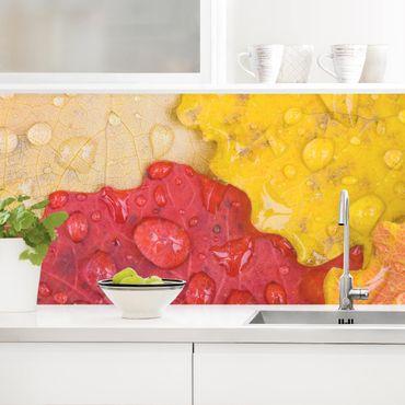 Küchenrückwand - Wassertropfen auf bunten Blättern