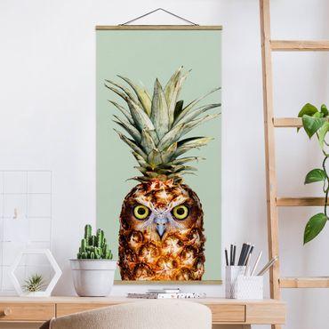 Stoffbild mit Posterleisten - Jonas Loose - Ananas mit Eule - Hochformat 1:2