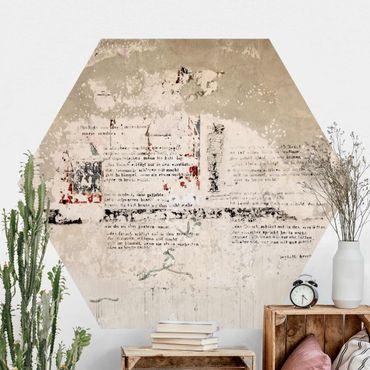 Hexagon Fototapete selbstklebend - Alte Betonwand mit Bertolt Brecht Versen