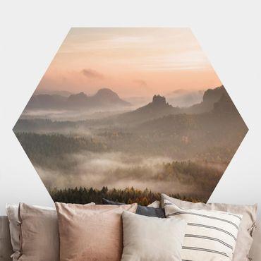 Hexagon Mustertapete selbstklebend - Atmosphärische Nebellandschaft