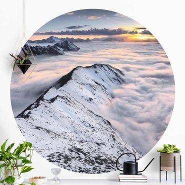 Runde Tapete selbstklebend - Blick über Wolken und Berge