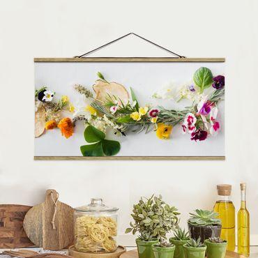 Stoffbild mit Posterleisten - Frische Kräuter mit Essblüten - Querformat 2:1