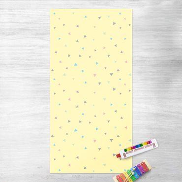 Vinyl-Teppich - Bunte gezeichnete Pastelldreiecke auf Gelb - Hochformat 1:2