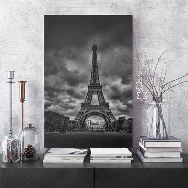 Leinwandbild - Eiffelturm vor Wolken schwarz-weiß - Hochformat 4:3