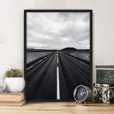 Bild mit Rahmen - Gerade Straße in Island - Hochformat