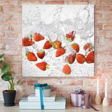 Glasbild - Frische Erdbeeren im Wasser - Quadrat 1:1