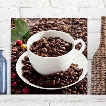 Glasbild - Kaffeetasse mit gerösteten Kaffeebohnen - Quadrat 1:1