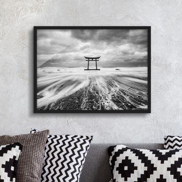 Bild mit Rahmen - Japanisches Torii im Meer - Querformat
