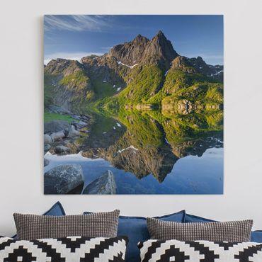 Leinwandbild - Berglandschaft mit Wasserspiegelung in Norwegen - Quadrat 1:1