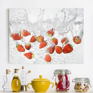 Leinwandbild - Frische Erdbeeren im Wasser - Quer 4:3