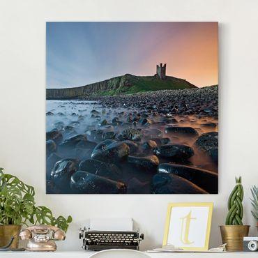 Leinwandbild - Sonnenaufgang mit Nebel bei Dunstanburgh Castle - Quadrat 1:1