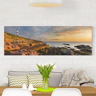 Leinwandbild - Tarbat Ness Leuchtturm und Sonnenuntergang am Meer - Panorama Quer