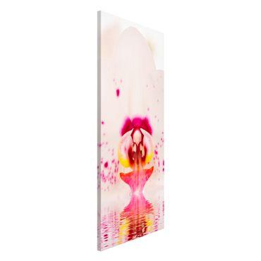 Magnettafel - Gepunktete Orchidee auf Wasser - Blumenbild Memoboard Panorama Hoch