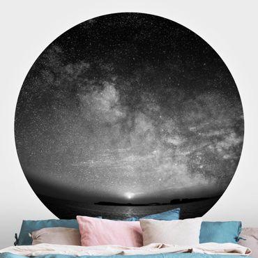 Runde Tapete selbstklebend - Sonne und Sternenhimmel am Meer schwarz-weiß