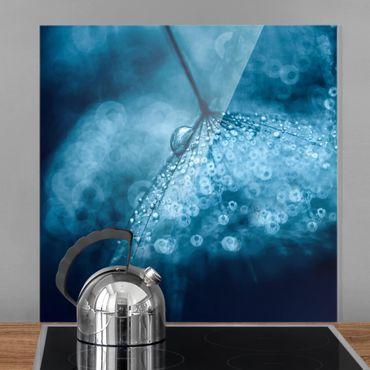Spritzschutz Glas - Blaue Pusteblume im Regen - Quadrat 1:1