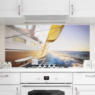 Spritzschutz Glas - Segelboot auf blauem Meer bei Sonnenschein - Quer 2:1
