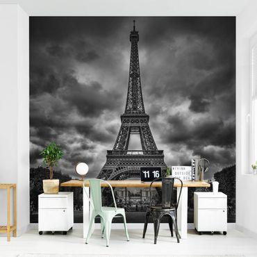Fototapete - Eiffelturm vor Wolken schwarz-weiß