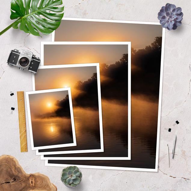 Poster - Sonnenaufgang am See mit Rehen im Nebel - Hochformat 3:4