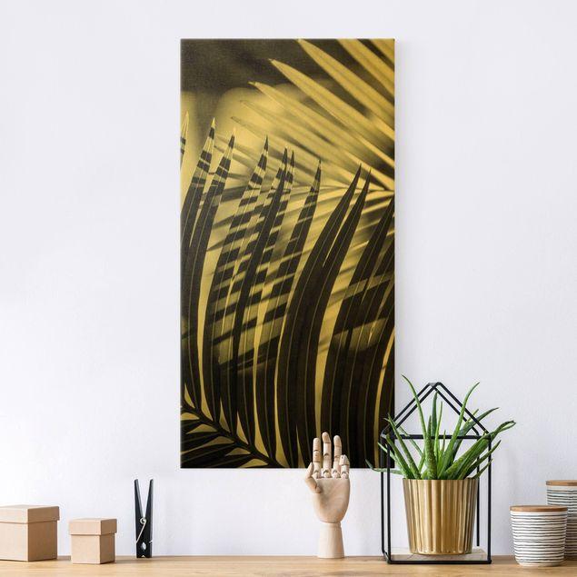 Leinwandbild Gold - Schattenspiel auf Palmenwedel - Hochformat 1:2
