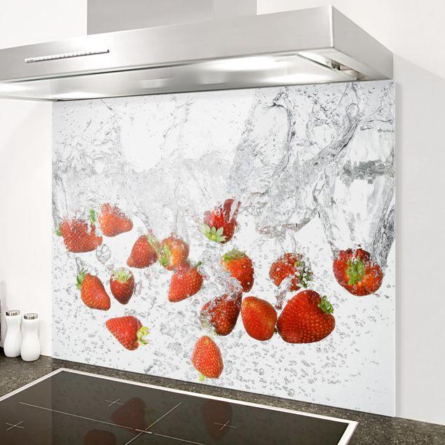Glas Spritzschutz - Frische Erdbeeren im Wasser - Querformat - 4:3