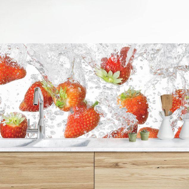 Küchenrückwand - Frische Erdbeeren im Wasser