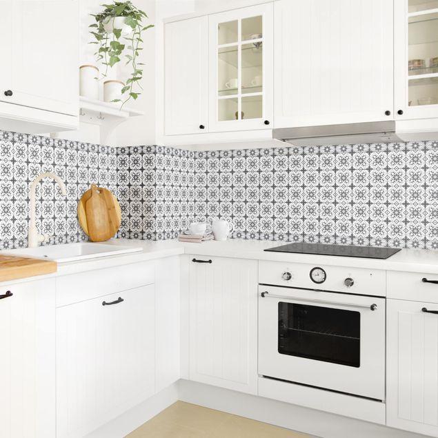 Küchenrückwand - Geometrischer Fliesenmix Blume Grau