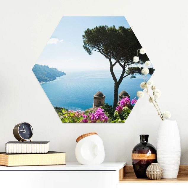 Hexagon Bild Alu-Dibond - Ausblick vom Garten aufs Meer