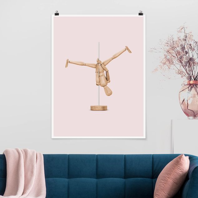 Poster - Jonas Loose - Poledance mit Holzfigur - Hochformat 3:4