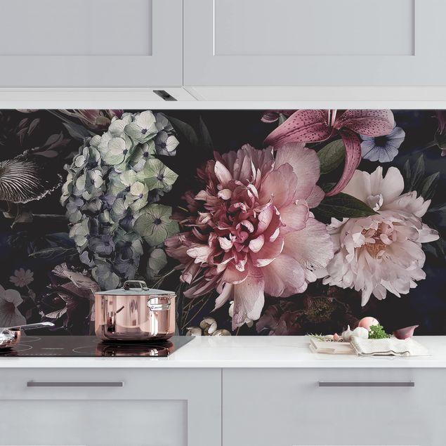 Küchenrückwand - Blumen mit Nebel auf Schwarz