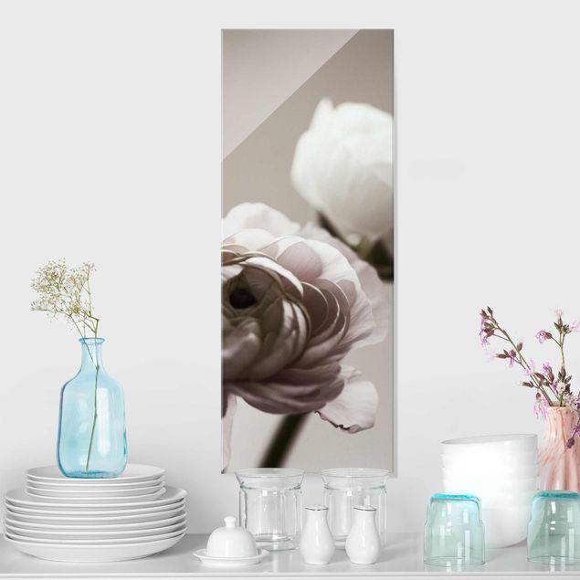 Glasbild - Dunkle Blüte im Fokus - Hochformat