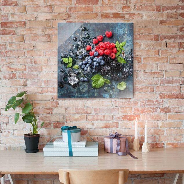 Glasbild - Beerenmischung mit Eiswürfeln Holz - Quadrat 1:1