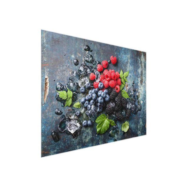 Glasbild - Beerenmischung mit Eiswürfeln Holz - Quer 4:3