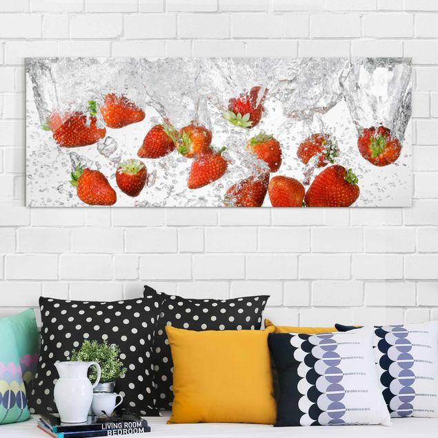 Glasbild - Frische Erdbeeren im Wasser - Panorama Quer