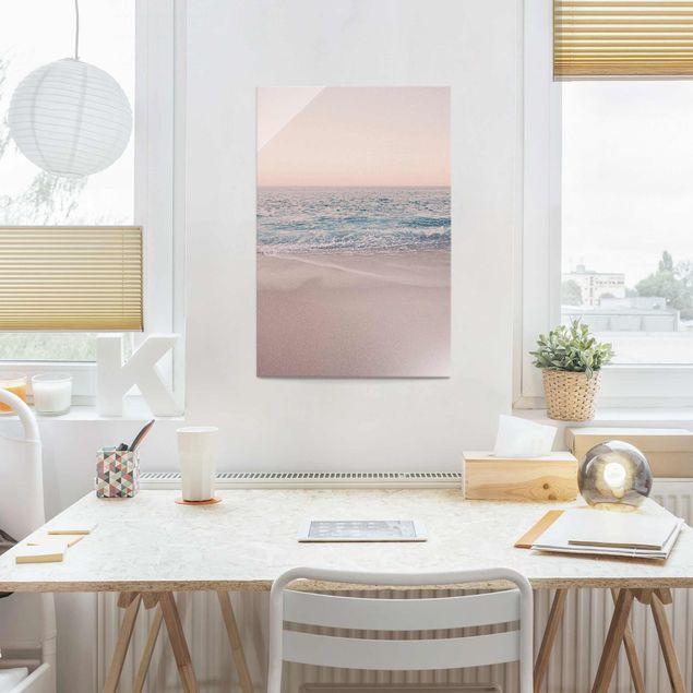 Glasbild - Roségoldener Strand am Morgen - Hochformat