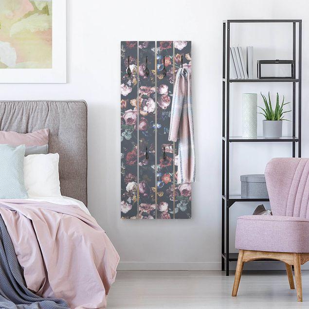 Wandgarderobe Holzpalette - Altmeisterliche Blüten mit Tulpen und Rosen auf Dunkelgrau