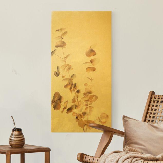 Leinwandbild Gold - Goldene Eukalyptuszweige mit Weiß - Hochformat 1:2