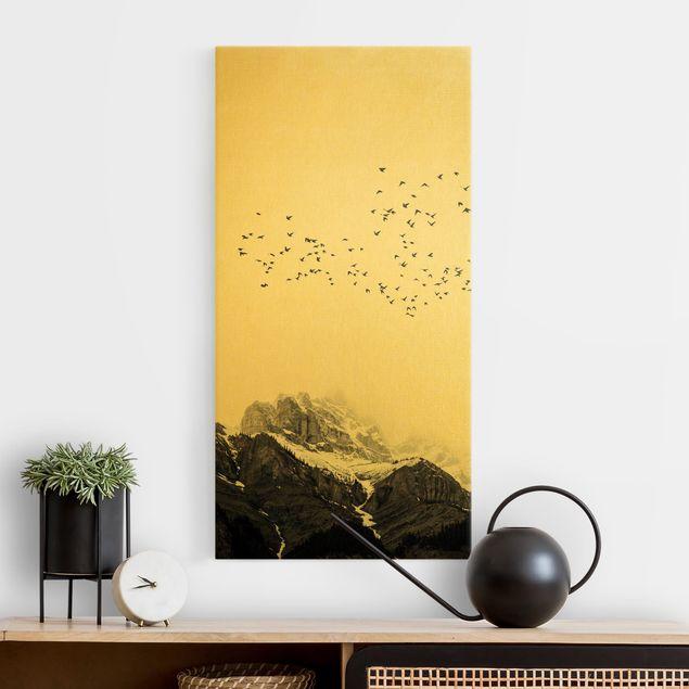 Leinwandbild Gold - Vogelschwarm vor Bergen Schwarz Weiß - Hochformat 1:2