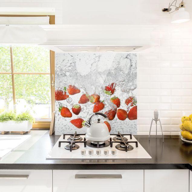 Glas Spritzschutz - Frische Erdbeeren im Wasser - Quadrat - 1:1