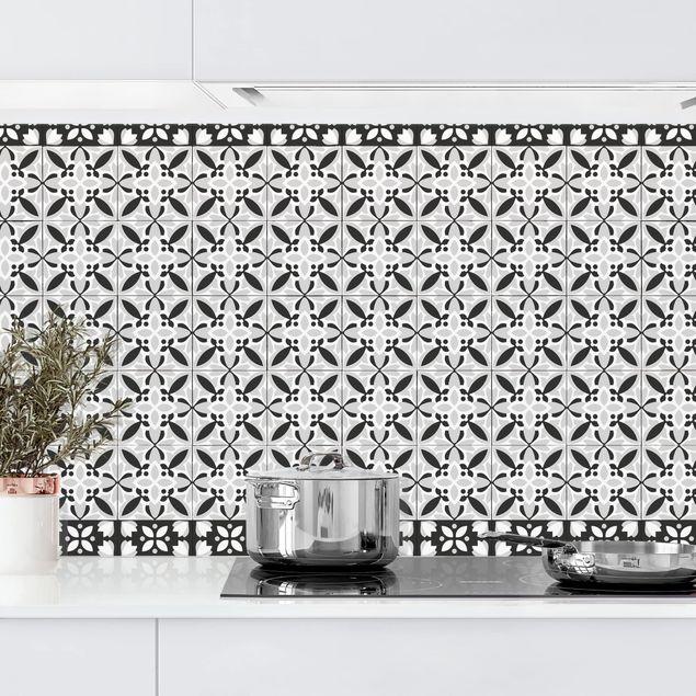 Küchenrückwand - Geometrischer Fliesenmix Blüte Schwarz